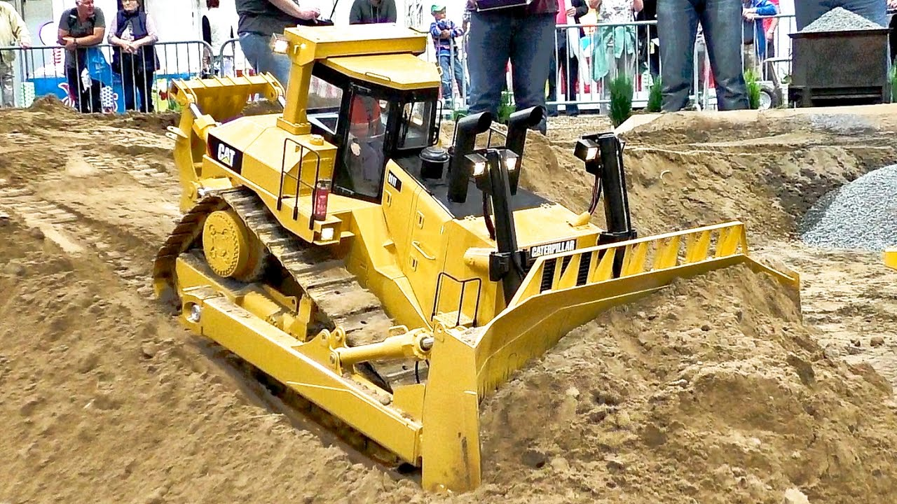HUGE FANTASTIC RC CONSTRUCTION MACHINE XXXL SCALE 1:8 MODEL DOZER CAT D11T  / Fair Leipzig 2016