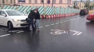 Мужчину ударили по лицу!