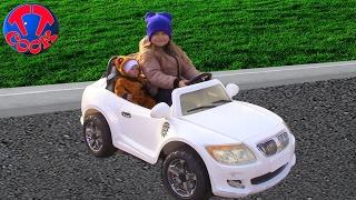 Прогулка с Куклой в парке на коляске и на машинках. Видео для детей
