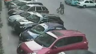 路見不平,砸車相助(清晰版) thumbnail