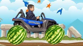 Діти грають з іграшковою машиною Прикидаються що поставили Гігантське колесо машинці