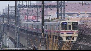 雪の中を走行する京王線9730F&都営10-470F