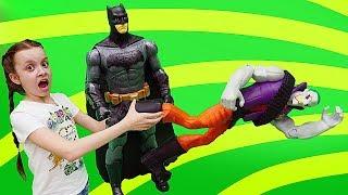 Фото Бэтмен защищает Барби. Видео для девочек шоу Охотники за игрушками.