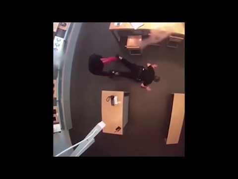 Un ladrón desarma a un policía y le apunta con su pistola tras ser sorprendido robando