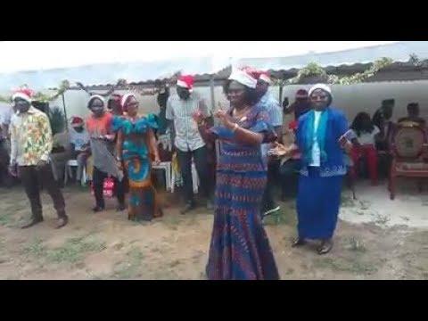 """Mme  Simone Gbagbo danse  """" ALLONS À GAGNOA"""" avec les Enfants des prisonniers Militaires et Civils."""