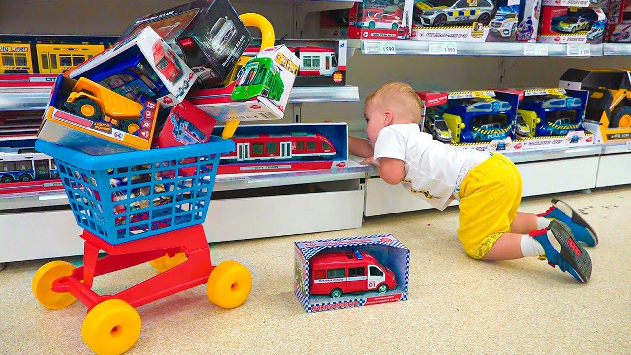 Chris et maman font du shopping dans un magasin de jouets