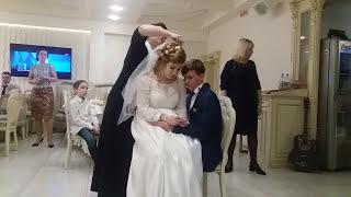 Снимают фату невесте