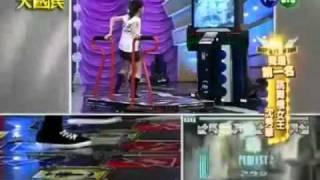 这个美女太夸张了 玩跳舞机的技术超越人类 mp4