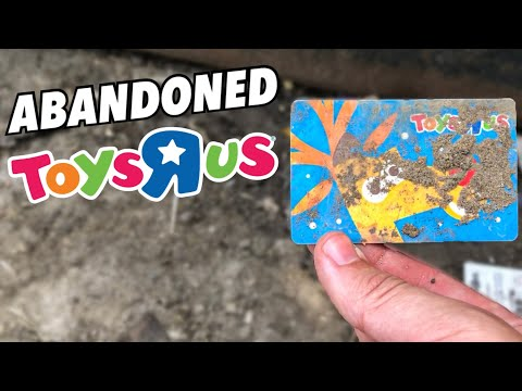 Abandoned Toys R Us - 2 Years After Closing Forever ( Dumpster Diving )