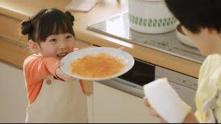 花王のキュキュットCMで、 泡がたっぷりのスポンジでお皿を洗う 女の子...