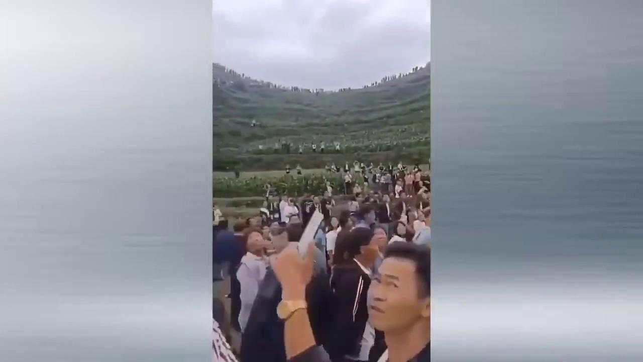 贵州山里连续数天传出怪声,每日上万人围观,引起当地民众的恐慌和外界的关注
