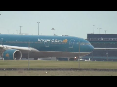 Windy Spotting At Melbourne Tullamarine Airport - B777, B787,A330 + Other Aircraft!