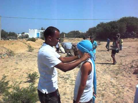 Comment mettre un chech, Ali, Wissem, Petit Palais Miramar, Djerba 2010