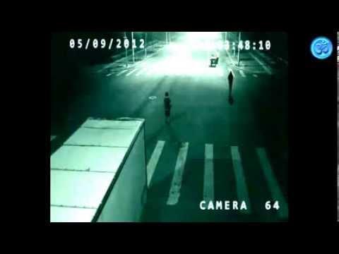 un ange film par une cam ra de surveillance pendant qu 39 il sauve la vie d 39 un homme mp4 youtube. Black Bedroom Furniture Sets. Home Design Ideas