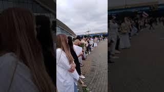 Минск, комаровка. Девушки стоят в цепи солидарности