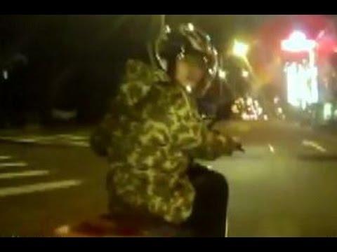 不滿被超車!騎士急剎逼車嗆聲 還疑似出拳打人