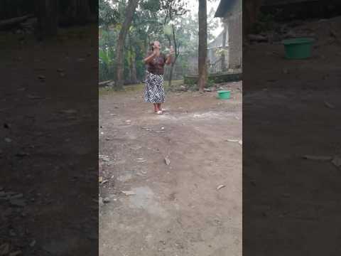 Video lucu nenek main bulu tangkis
