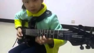 Виртуозно играет на гитаре - Китайский ребенок 8 лет