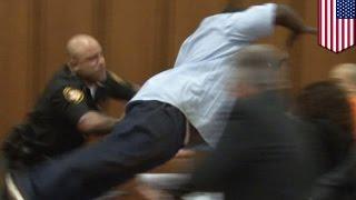 Padre ataca al asesino de su hija durante una audiencia en la corte de Ohio