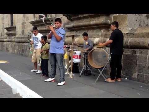 La mejor banda con instrumentos hechos de materiales reciclados. La creatividad del mexicano.