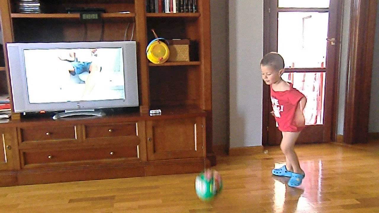 Ni o de 3 a os jugando a futbol dentro de casa youtube for Parrilla para dentro de la casa