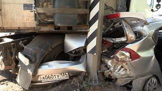 Фура расплющила легковое авто на Третьей Продольной в Волгограде