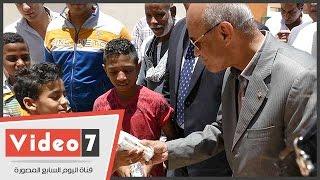 """""""محافظ القاهرة"""" يتفقد مدينة الأسمرات ويوزع الحلوى على الأطفال فى عيد الفطر"""