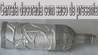 GARRAFA DECORADA COM SACO DE PRESENTE