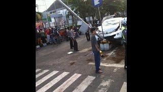 BREAKINGNEWS: Rekaman Video Kamera Hp Detik-detik Mobil Tabrak Motor dan Penjual Koran di Tugu Jogja