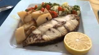アキーラさん散策②マルタ共和国・マルサシュロックのレストランで昼食!メイン料理(白身魚)Restaurand in Marsaxlokk in Malta
