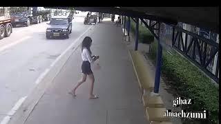 Terekam Camera Cctv!!!cewek Cantik Terjatuh Dari Angkutan Umum