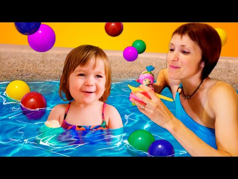 Видео: Маша Капуки и Бьянка в бассейне - Учимся плавать - Шоу для детей Привет, Бьянка