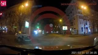 В Днепре на Яворницкого столкнулись Infiniti и Renault службы такси Uklon: видео момента аварии