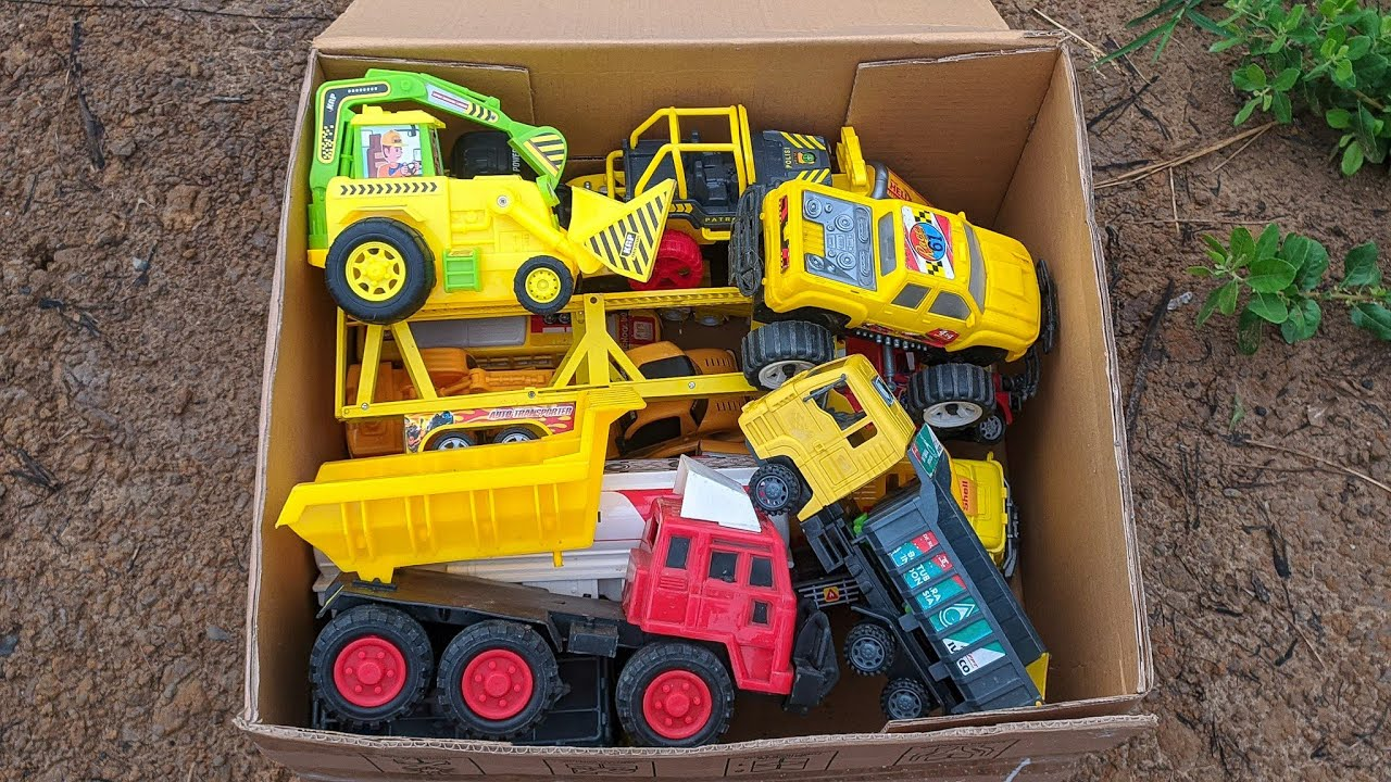 Kotak Kardus Penuh Dengan Mobil Kuning Berbagai Type