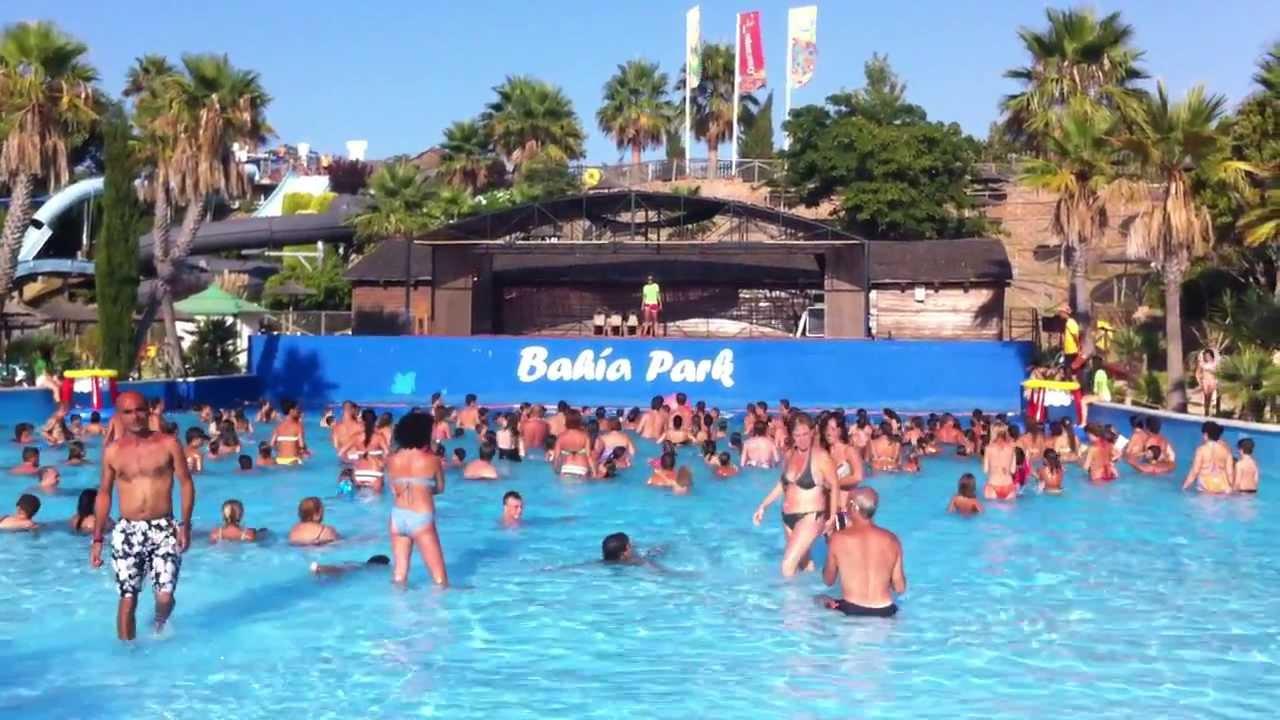 Jugando al baloncesto en la piscina de olas de bah a park for Piscina algeciras