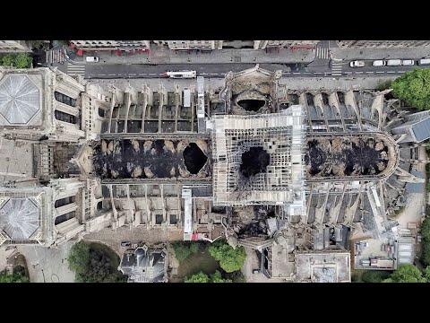 Un dron sobrevuela Notre Dame tras las llamas