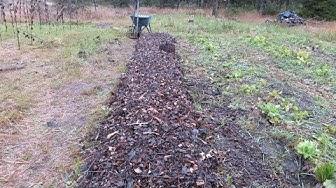 Komposti ja hake kasvupenkissä - Yrttimäki Permakulttuuri