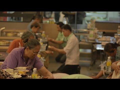 """ยังมีความจริงที่คุณไม่เห็นใน'พนักงานร้านอาหารก็มีแม่' (The Making of  """"The Waiters' Mom)"""
