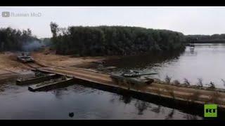 القوات الروسية تنصب جسرا عائما لنقل المركبات العسكرية