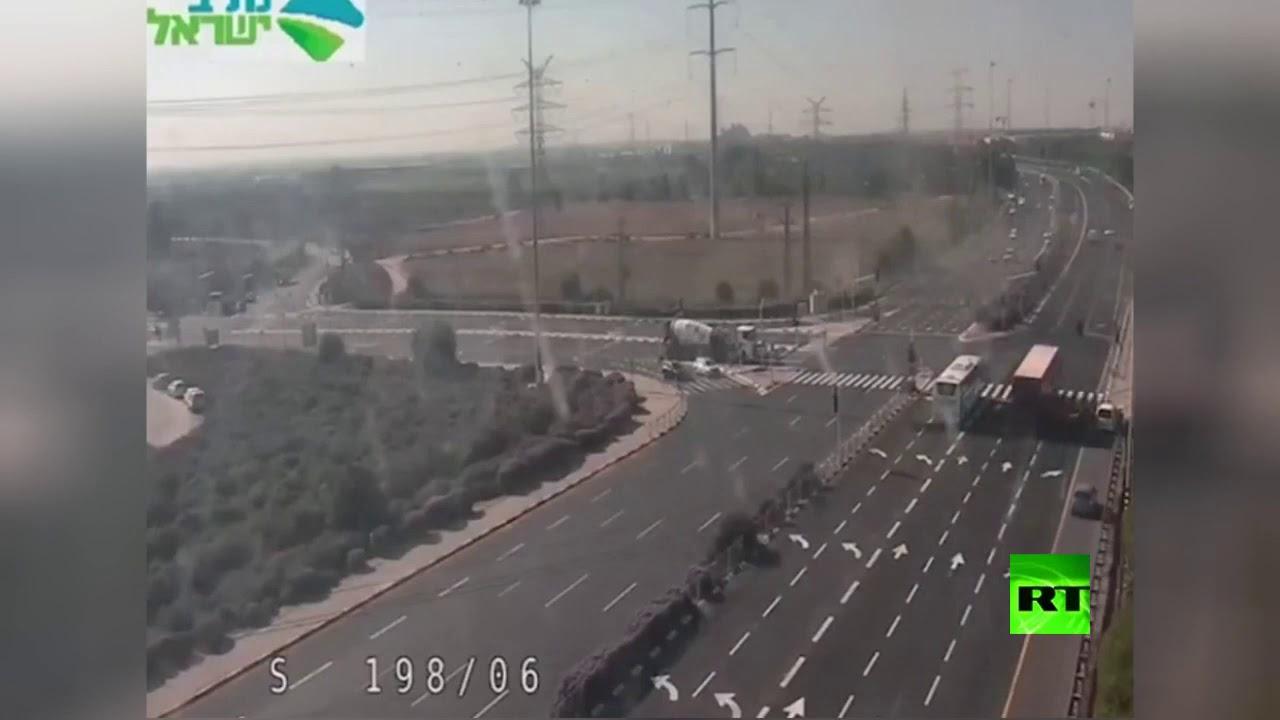 كاميرا مراقبة توثق لحظة سقوط صاروخ فلسطيني على أحد الطرق في إسرائيل