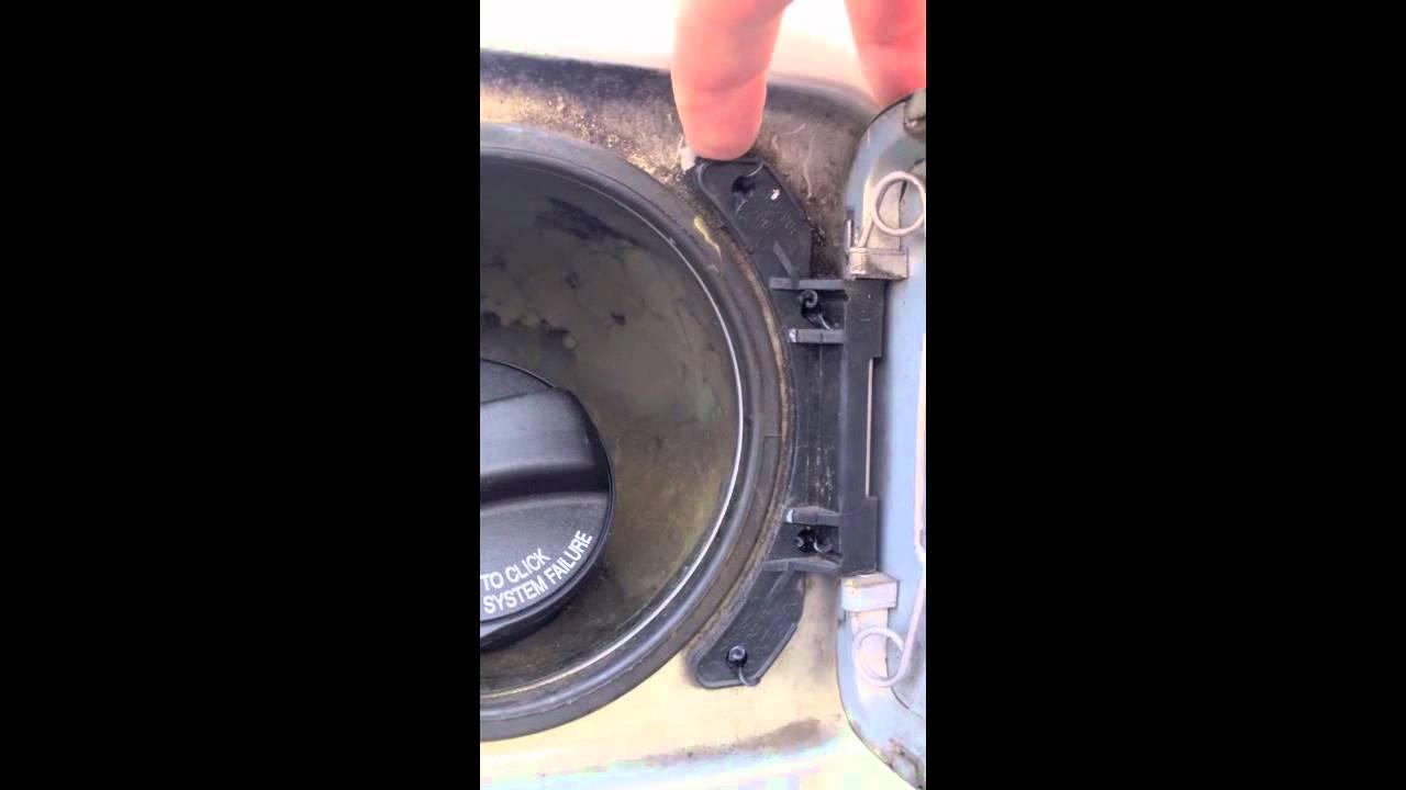 Volvo S60: Openingclosing the fuel filler door