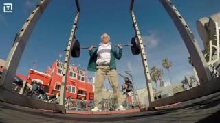 Pro atleet verkleed als oude man zet krachtpatser te kakken op Muscle Beach