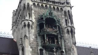 Glockenspiel (munich's Clock Tower) @ 11am   2bearbear.com