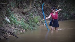 Amazing smart girl Uses PVC Pipe Compound BowFishing To Shoot Fish - khmer cast net fishing