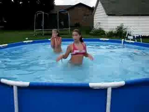 Chicas en la piscina doovi for Funda para piscina
