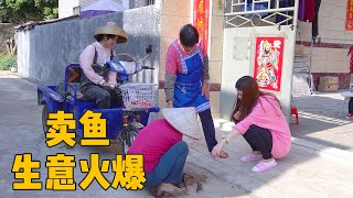 A Yumei sends fish goods, attracting villagers to buy fish, business is booming
