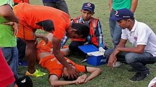 Kinh hoàng cầu thủ Indonesia bị đồng nghiệp đạp chết trên sân