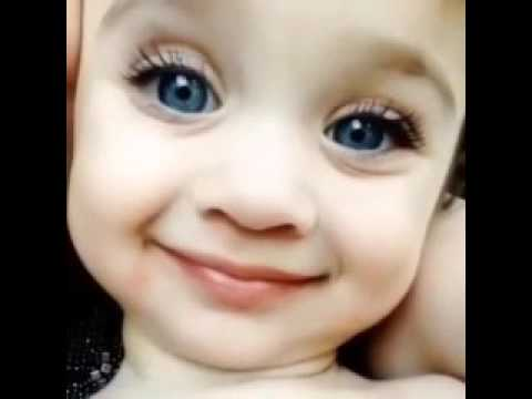 Девочка красотка стреляет глазками