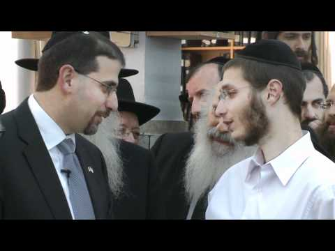 Mir Yeshiva students discuss a perplexing piece of Gemara with Ambassador Shapiro