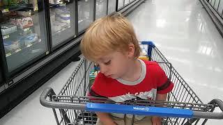 Ребенок уснул в тележке супермаркета. Смешные дети